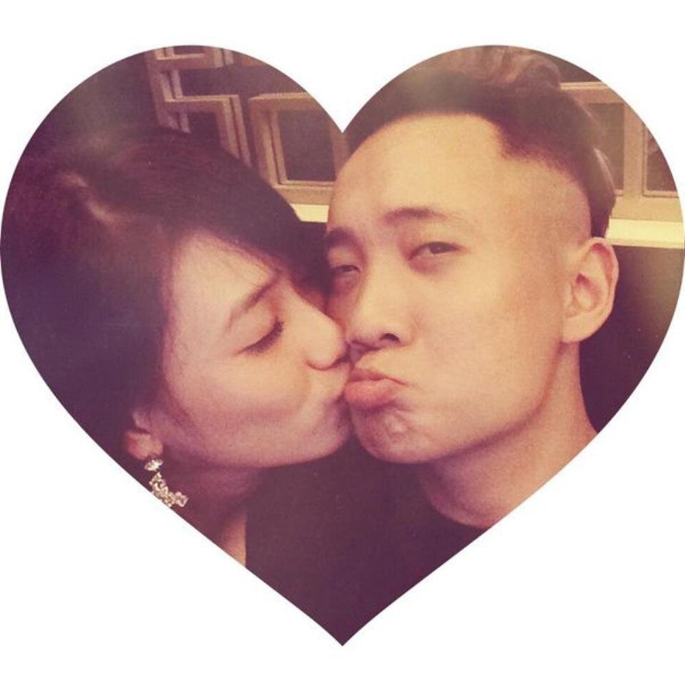 Đôi bạn trả trao nhau nụ hôn ngọt ngào...