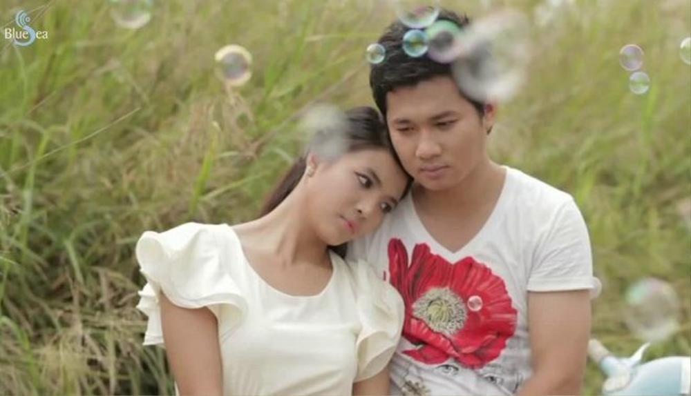 Đóng cặp cùng với nữ ca sĩ trong MV này là anh trai ruột Thế Bảo.