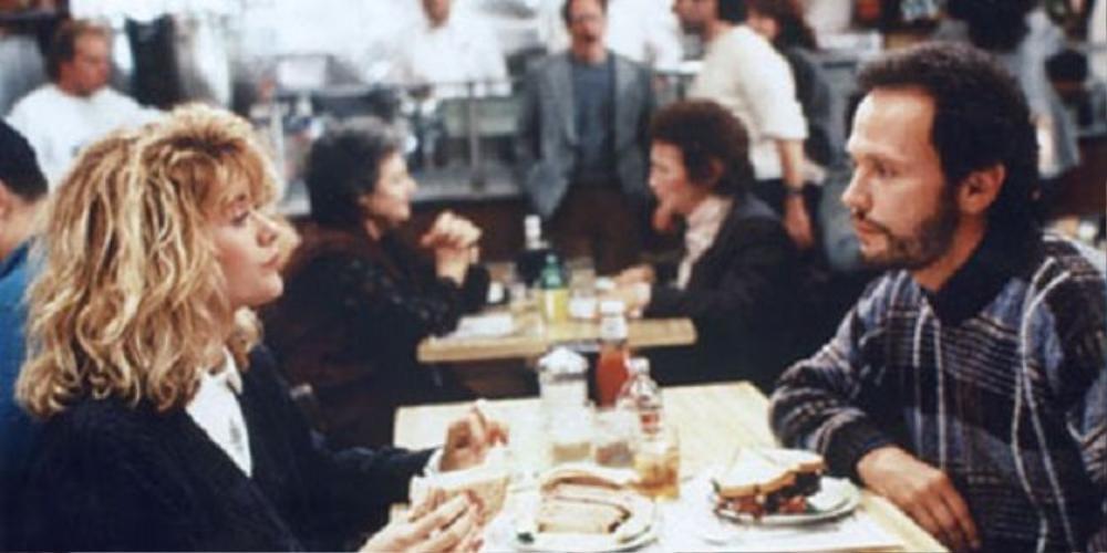 Cảnh quay của hai nhân vật trong nhà hàng