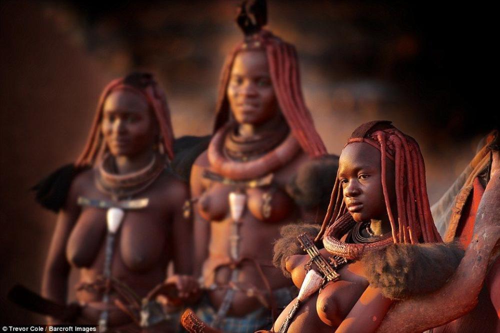 Đặc biệt, bộ tộc này đang sóng theo hệ tư tưởng đa thê - mỗi người đàn ông sẽ lấy nhiều vợ và người càng có nhiều vật nuôi càng được cho là giàu thì lại càng nhiều vợ.