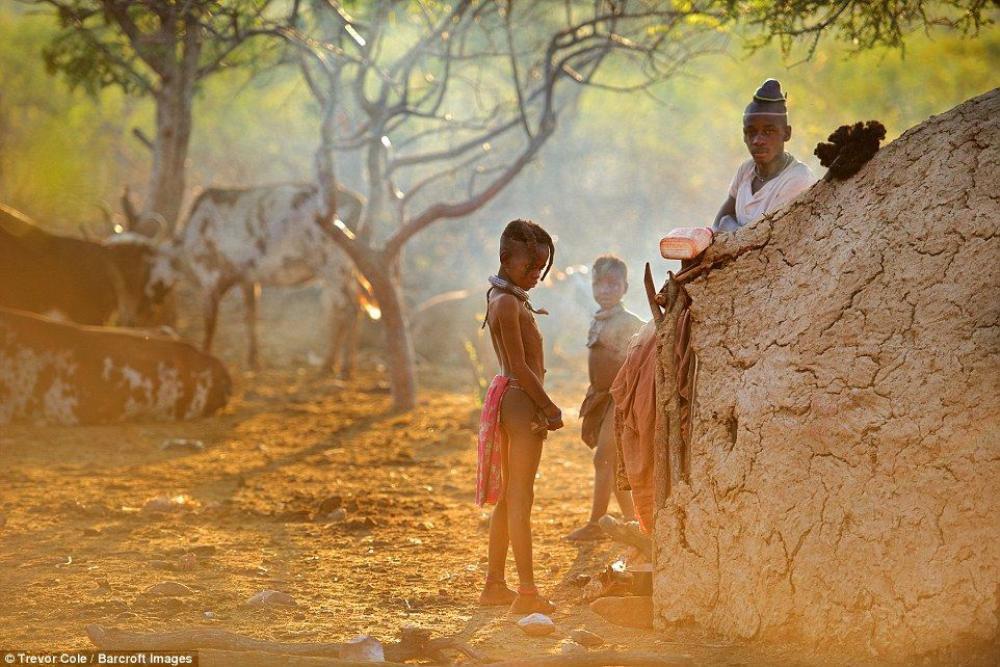Ở bộ tộc Himba, chỉ có một vài thanh niên trong làng mặc áo thun, còn lại đại đa số người dân trong bộ lạc đều không mặc áo, họ chỉ sử dụng da để làm khố che phần dưới của cơ thể một cách thô sơ.