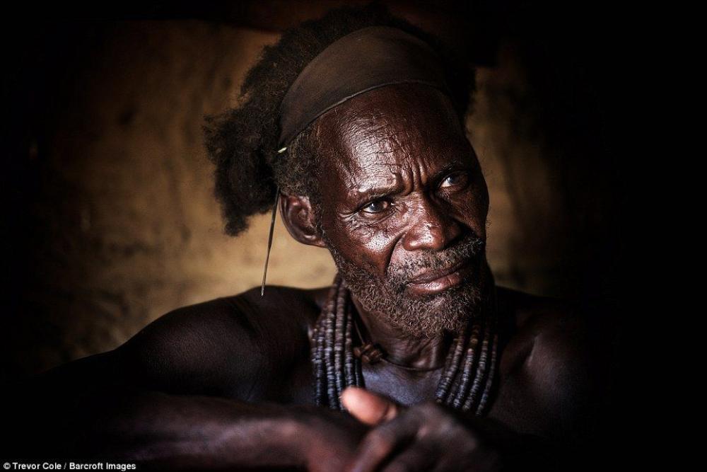 Ở trong làng của người Himba sẽ có một tộc trưởng, quyết định mọi việc quan trọng trong làng.