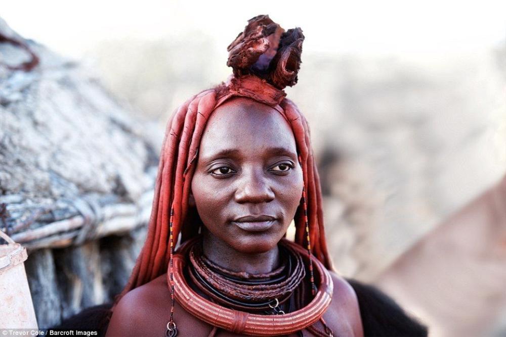 Người Himba quan niệm, màu đỏ trong đất sét bôi lên da là may mắn, nó tượng trưng cho trái đất và màu của máu, đó là những thứ quan trọng để tạo nên sự sống của con người.
