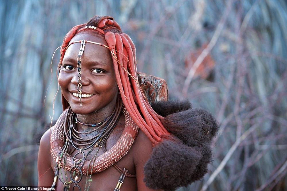 Người Himba đeo rất nhiều trang sức trên cổ.