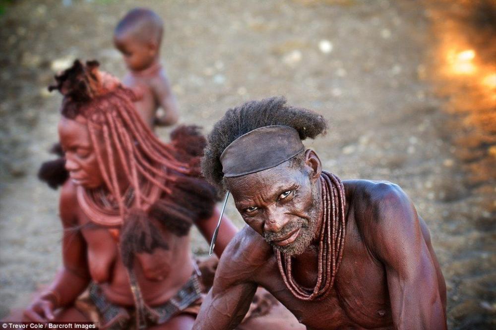 Bộ tộc này với hơn 50.000 người hiện đang sống ẩn dật tại Kaokoland ở vùng Kunene, phía Bắc Namibia.