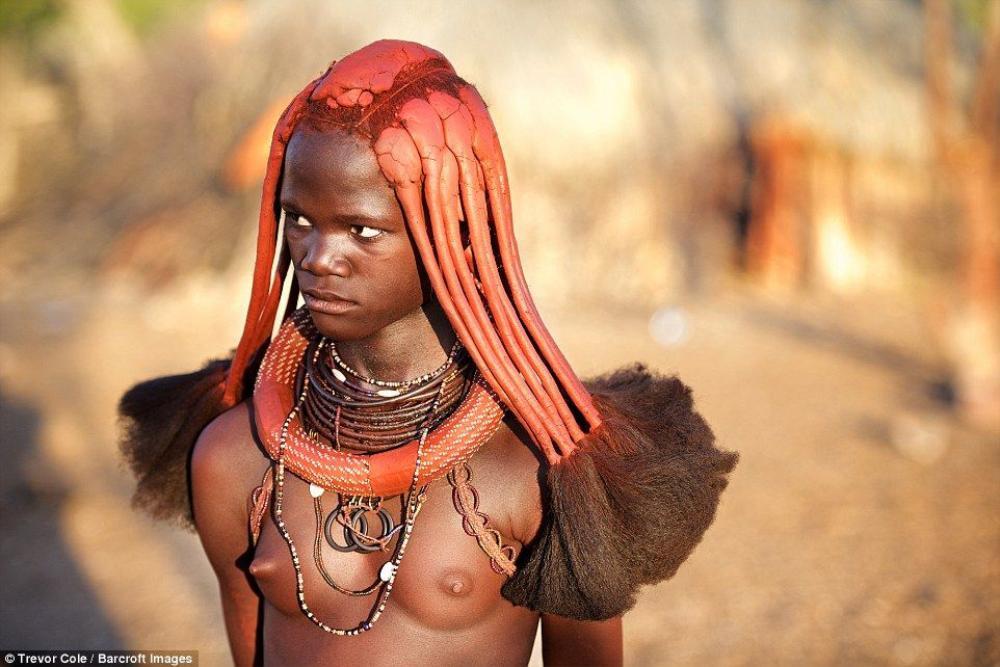 Đối với phụ nữ, bắt đầu từ tuổi dậy thì họ bắt đầu sử dụng đất sét đỏ có chất sắt để bôi lên tóc sau đó bện tóc thành từng múi.