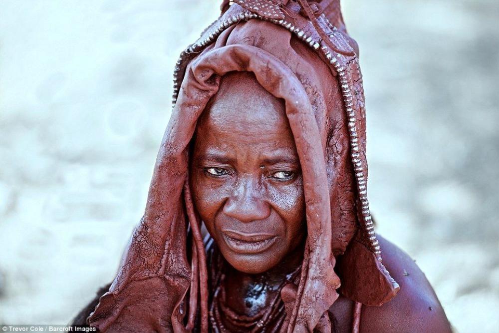 Ngoài ra, tất cả tộc người Himba còn sử dụng hỗn hợp đất sét đỏ này để bôi lên cơ thể, nó có tác dụng bảo vệ làn da của họ dưới tác động mạnh mẽ của ánh nắng mặt trời.