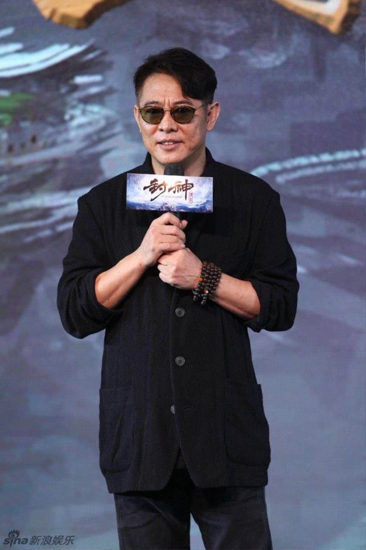 Lý Liên Kiệt thường phải đeo kính râm trong các sự kiện gần đây do mắt bị lồi vì bệnh cường giáp. Ảnh: Sina.