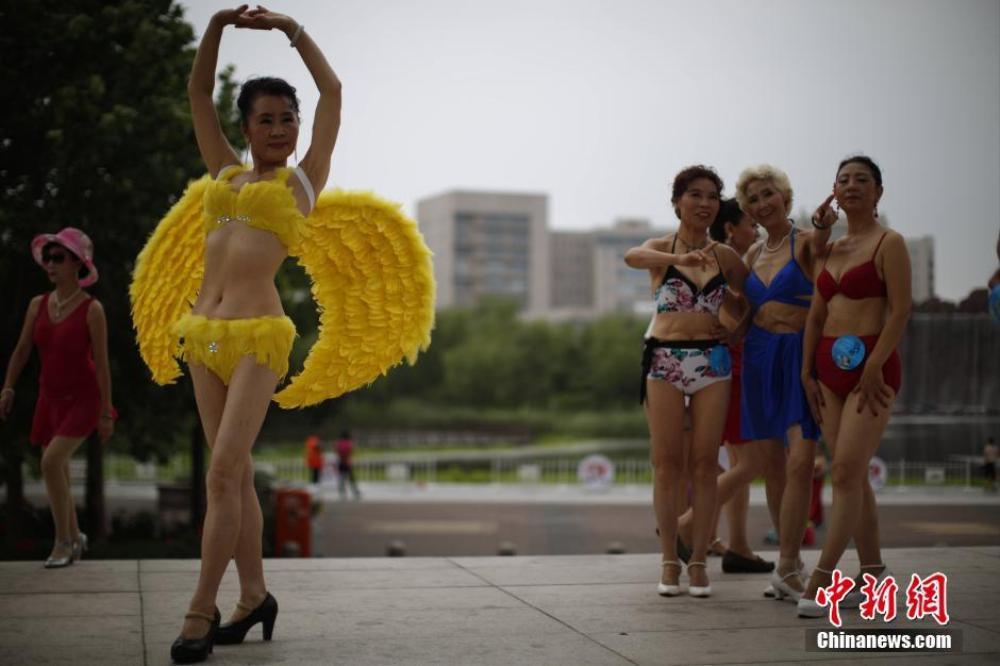 Diện bộ bikini thiên thần với đôi cánh sau lưng