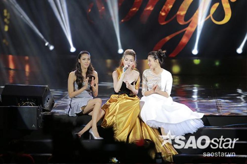 Lan Khuê và Phạm Hương cổ vũ hết mình cho đàn chị.