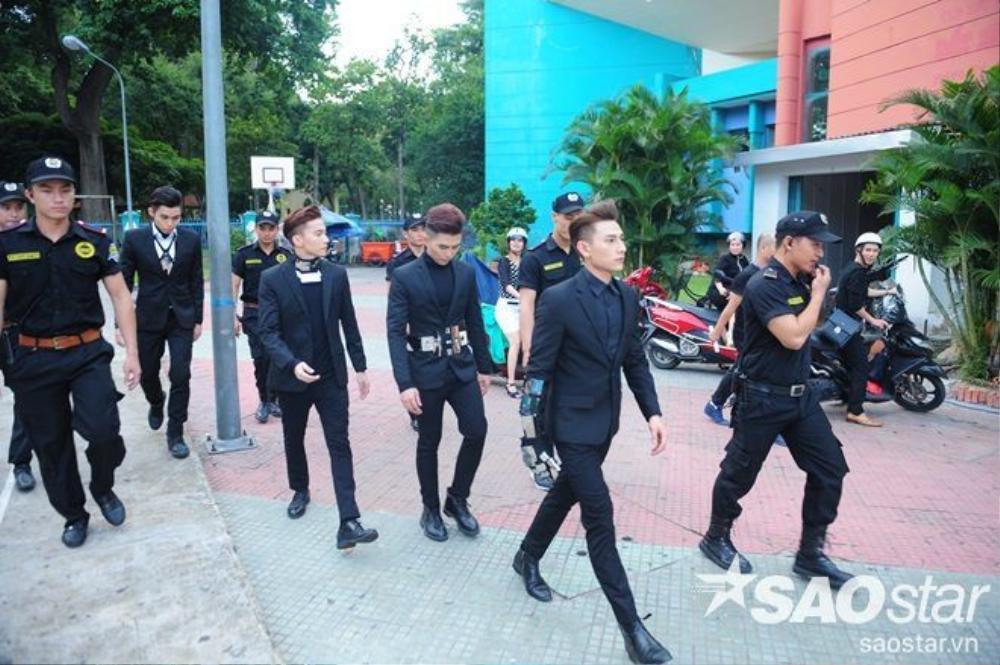 Các chàng trai luôn được lực lượng an ninh bảo vệ cao.