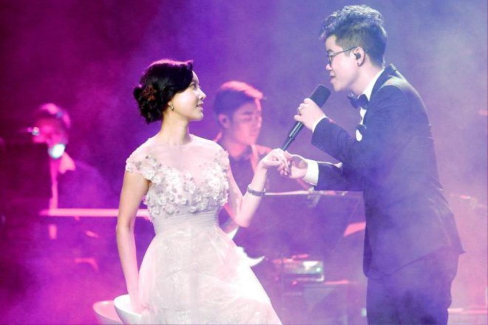 """Trong đêm nhạc này, Đinh Mạnh Ninh còn tỏ tình với nữ diễn viên Hàn Quốc Han Min Chae. Anh thể hiện ca khúc Cầu hôn và liên tục dành những cử chỉ tình cảm cho cô nàng. Không chỉ vậy, giọng ca Kinh Bắc còn dắt tay Han Min Chae lên sân khấu và hát """"Will you marry me?"""" khiến khán giả trong hội trường không khỏi """"gato""""."""