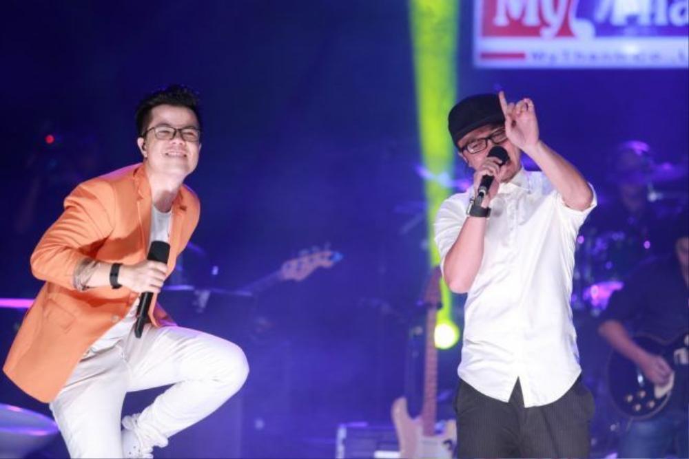Đêm nhạc còn có sự góp mặt của rapper Hà Lê. Hai nghệ sĩ song ca trong ca khúc I mis you và Cuối tuần.