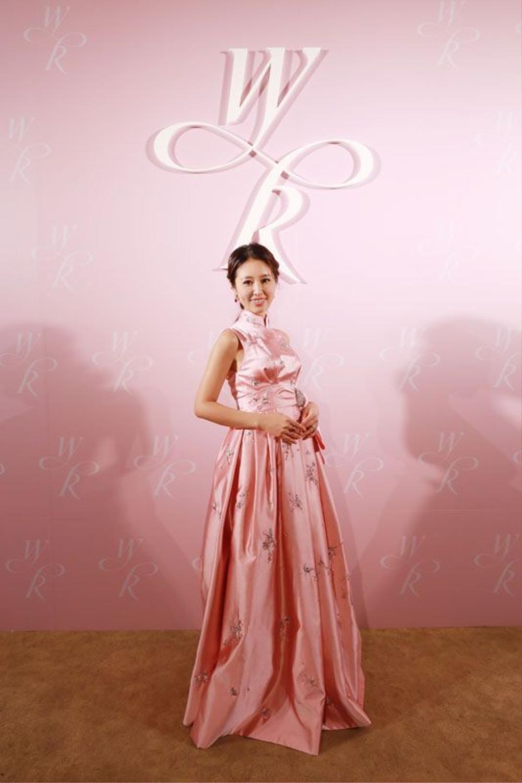 """Trong bộ váy màu hồng khác, nàng """"Hạ Tử Vy' để lộ rõ bụng bầu trước ống kính máy ảnh."""