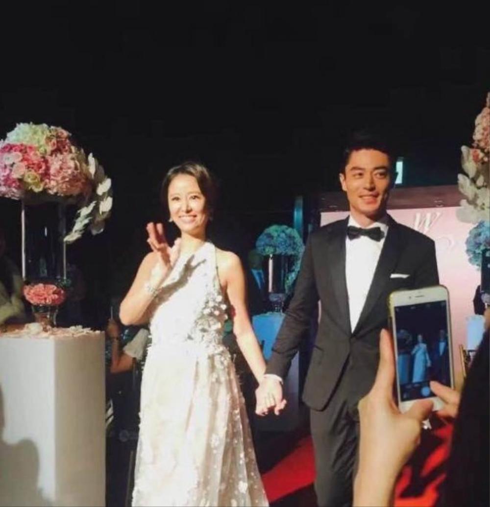 Cô rạng rỡ nắm chặt tay chú rể Hoắc Kiến Hoa khi tiến vào sân khấu chính.