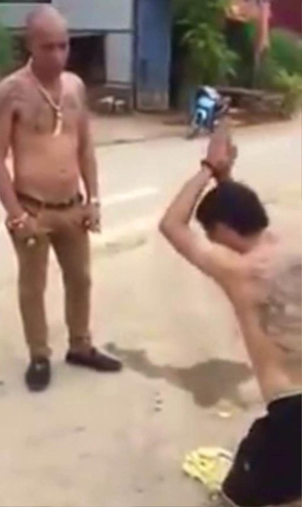 Đoạn clip một đối tượng có biệt hiệu Dũng trọc bắt người khác lạy tế lễ mình - Ảnh: chụp từ clip