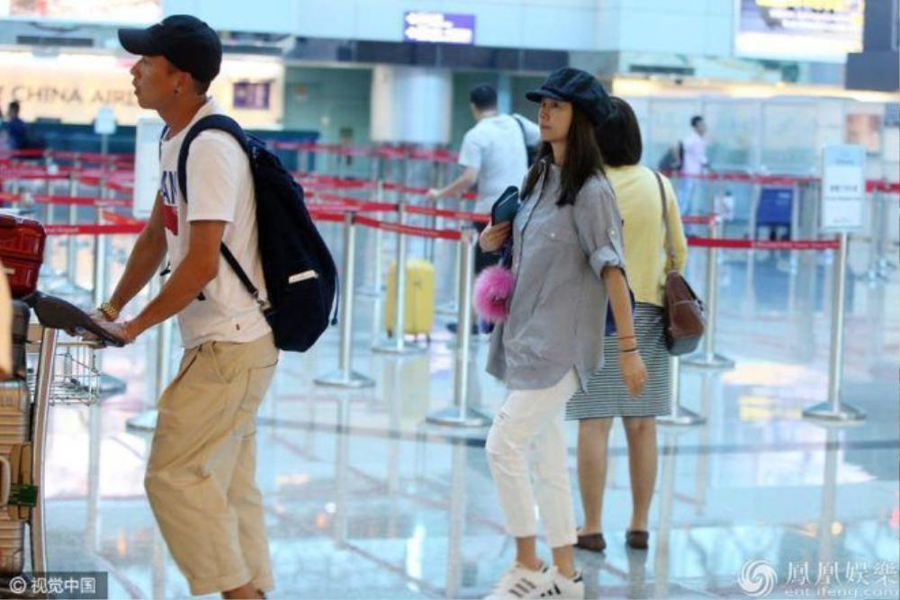 Lâm Tâm Như xuất hiện một mình tại sân bay Đài Bắc.