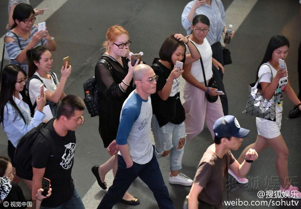 Các fan liên tục đi theo để chụp ảnh và xin chữ ký.