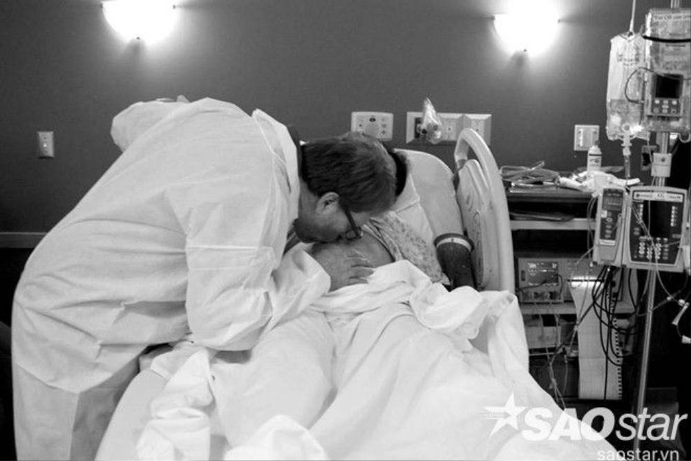 Anh Dave Brass hôn tạm biệt vợ. Trong quá trình mổ sinh, anh không được phép ở trong phòng mổ.