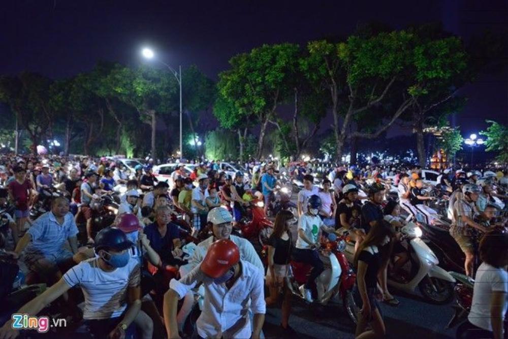 20h tối trên phố Đinh Tiên Hoàng (quận Hoàn Kiếm, Hà Nội) ùn ùn xe cộ của các gia đình chở theo trẻ nhỏ. Đây vốn là phố đi bộ vào dịp cuối tuần bắt đầu từ tối thứ 6.