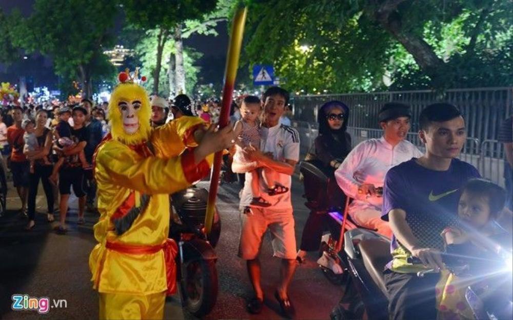 Gần Cung thiếu nhi Hà Nội xuất hiện thanh niên hóa trang thành nhân vật Tôn Ngộ Không múa gậy thiết bảng mua vui cho trẻ nhỏ.