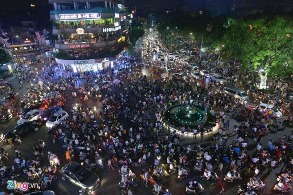 Quảng trường Đông Kinh Nghĩa Thục lúc 21h30.