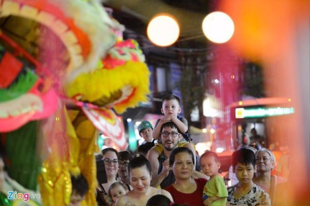 Tại khu vực phố cổ nhiều vị khách nước ngoài cũng đưa con nhỏ đi chơi Tết Trung thu Việt Nam.