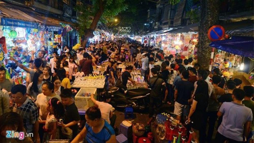 Phố Hàng Mã, Hàng Lược chật cứng người ngay từ 19h tối. Người bán đồ chơi bày hàng ra giữa đường cố gắng bán nốt trong đêm cuối cùng.
