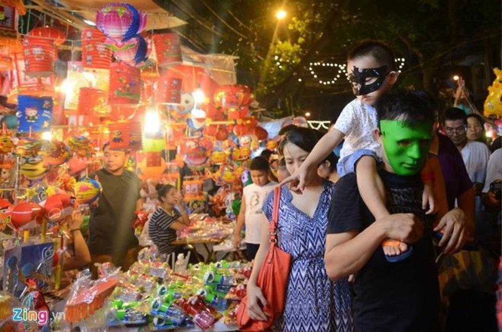 Các cặp vợ chồng cho trẻ nhỏ đi dạo thưởng ngoạn không khí Tết Trung thu Hà Nội.