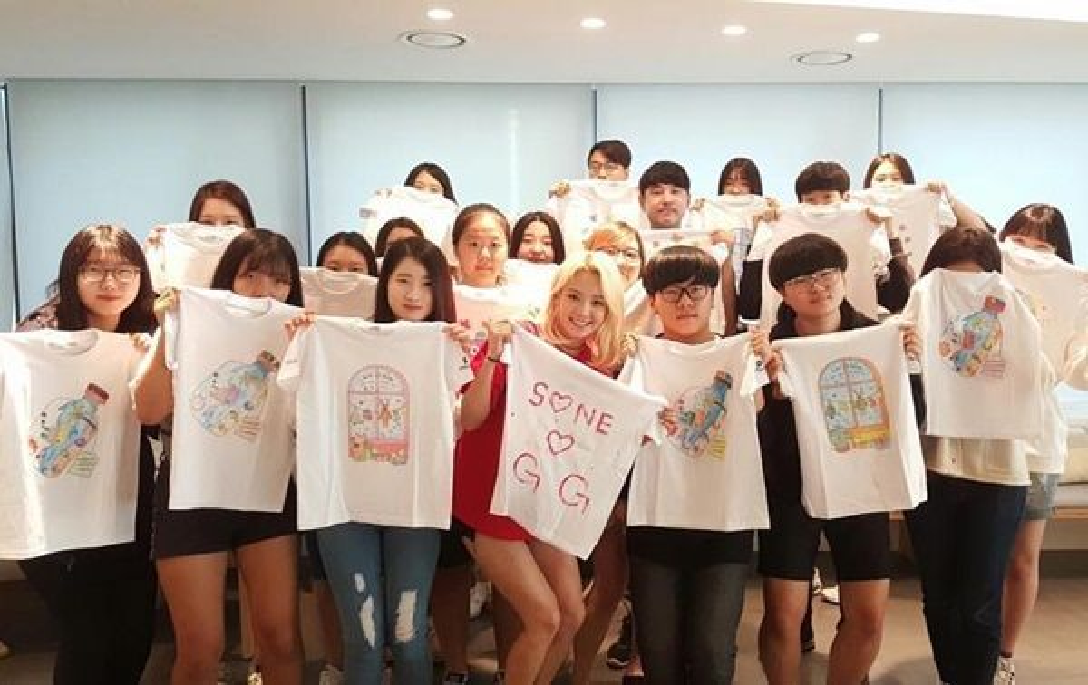 SNSD và các fan trong hoạt động vẽ áo từ thiện.