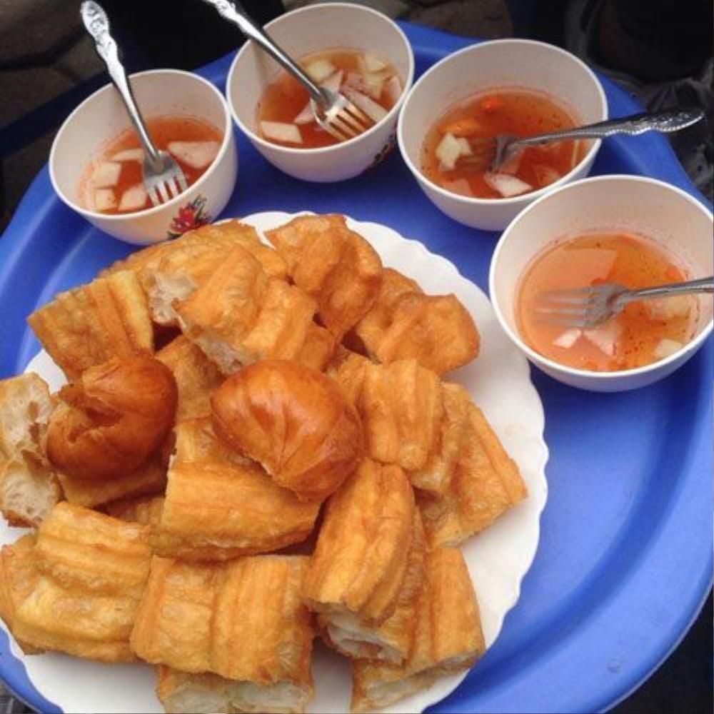 Bánh quẩy nóng, bánh bao chiên - Số 431 Nguyễn Khang, Cầu Giấy (25k).