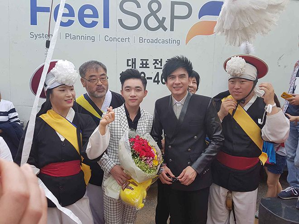 Hơn 400 blbum đã được cả 2 ca sĩ bán sạch trong buổi diển này. Hơn 1 tiếng sau đó, đã được Ban Tổ chức tạo điều kiện để Đan Trường và Trung Quang, ký tên, chụp ảnh giao lưu với khán giả tại Hàn Quốc.
