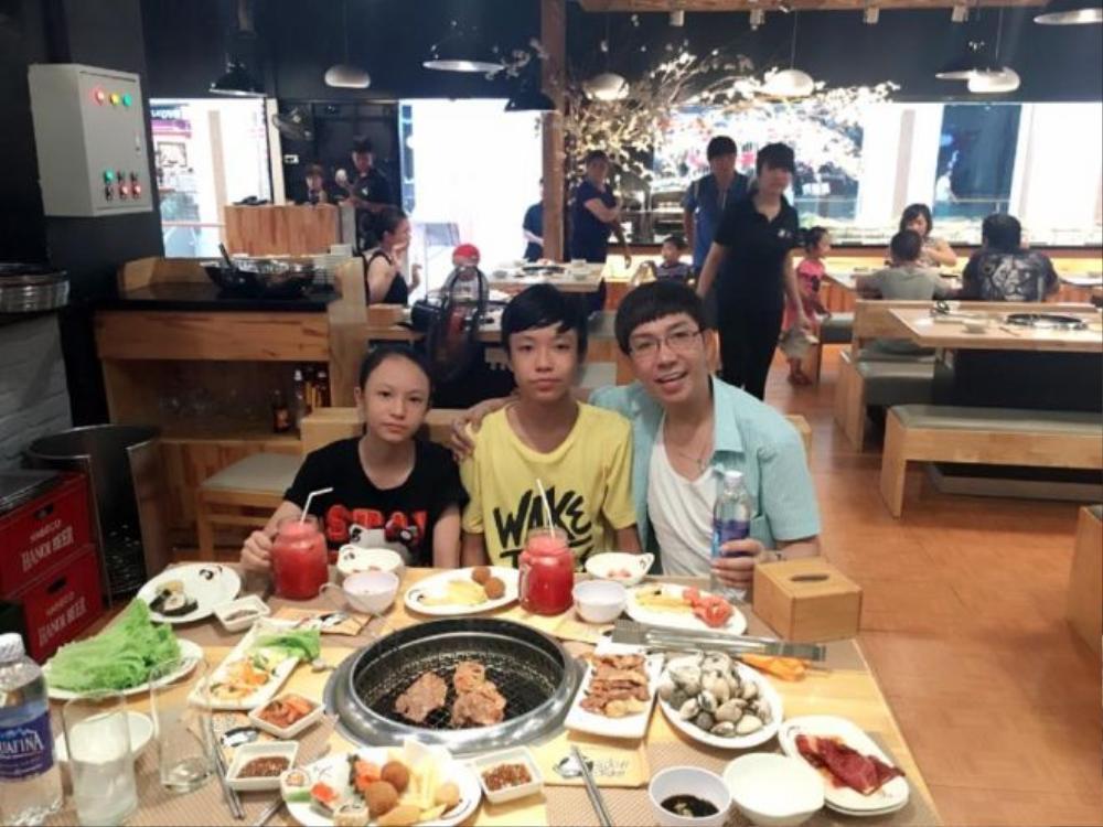 Cậu con trai thứ và con gái kế đang ở Hải Phòng với mẹ. Thỉnh thoảng Long Nhật vẫn từ TP HCM về thăm vợ con.