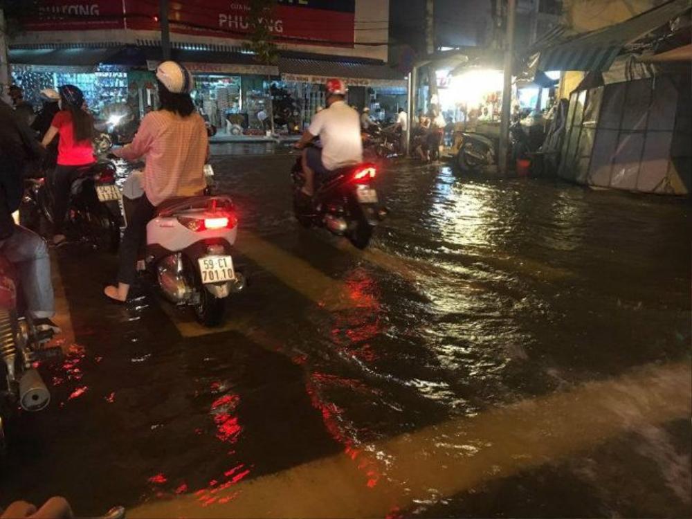 Do đã được thông báo từ trước cộng thêm mực nước ngập không quá cao,, người dân tỏ ra khá bình tĩnh khi lưu thông qua các tuyến phố bị ngập.
