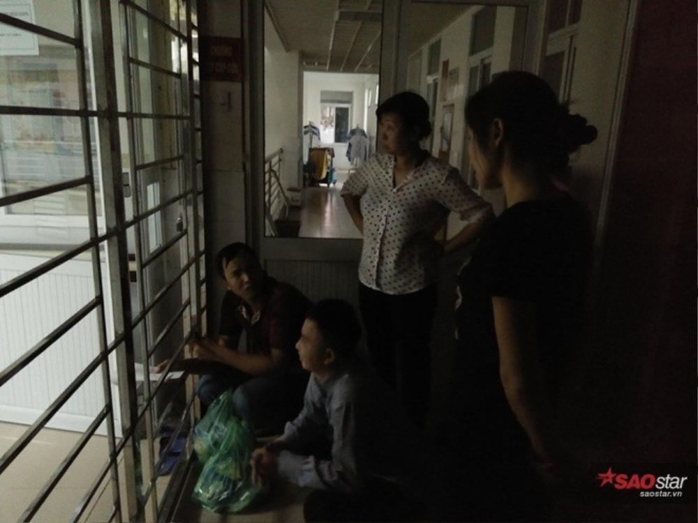 Người nhà đứng chờ ở ngoài, chỉ 1, 2 người được vào trong thăm nạn nhân.