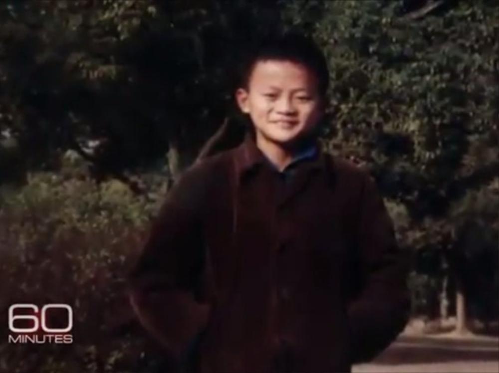 """Jack Ma gầy gò và thường đánh nhau với bạn cùng lớp. """"Tôi chưa bao giờ sợ những đối thủ to con hơn"""", Jack Ma nhớ lại trong Alibaba - cuốn sách của Liu Shiying và Martha Avery. Ma cũng có sở thích như những đứa trẻ khác là bắt dế và cho chúng chọi nhau."""
