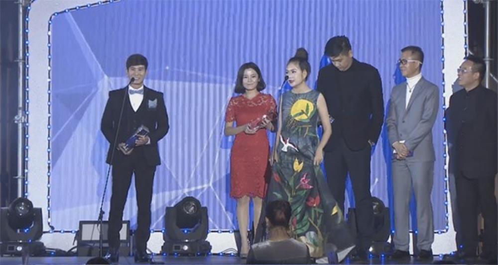 Lý Hải - Minh Hà trên sân khấu trao giải WebTVAsia Awards 2016.