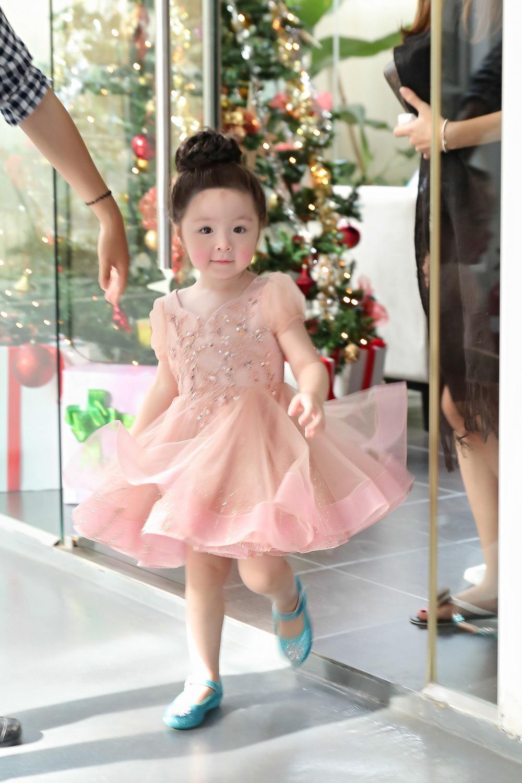 Đi kèm với những đôi giày xinh, váy đẹp...thì cô bé còn có những biểu cảm vô cùng tinh nghịch, đáng yêu.