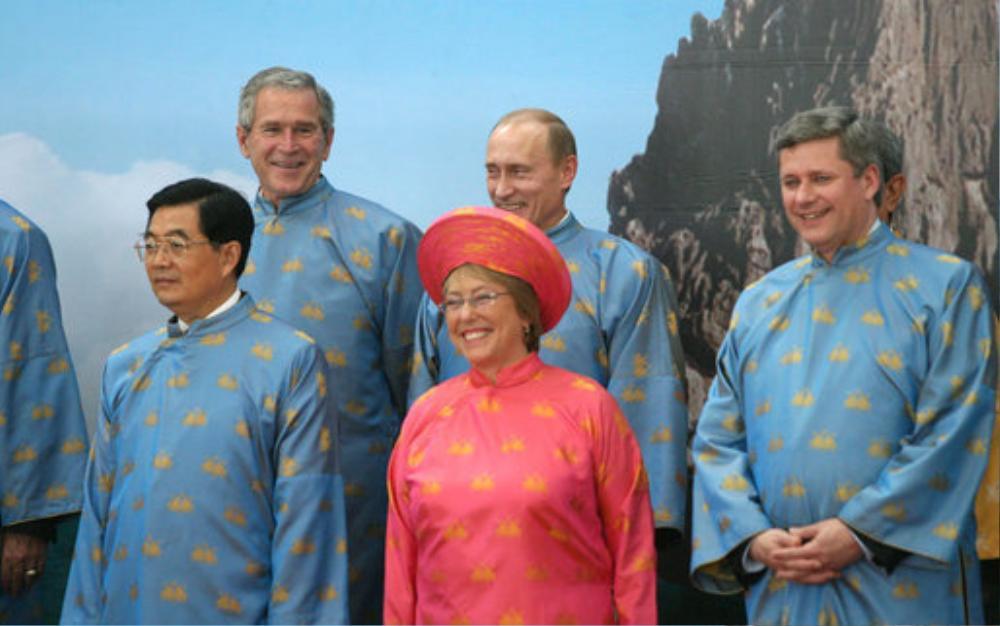 Bà Bachelet mặc áo dài tại APEC 2006 ở Hà Nội.