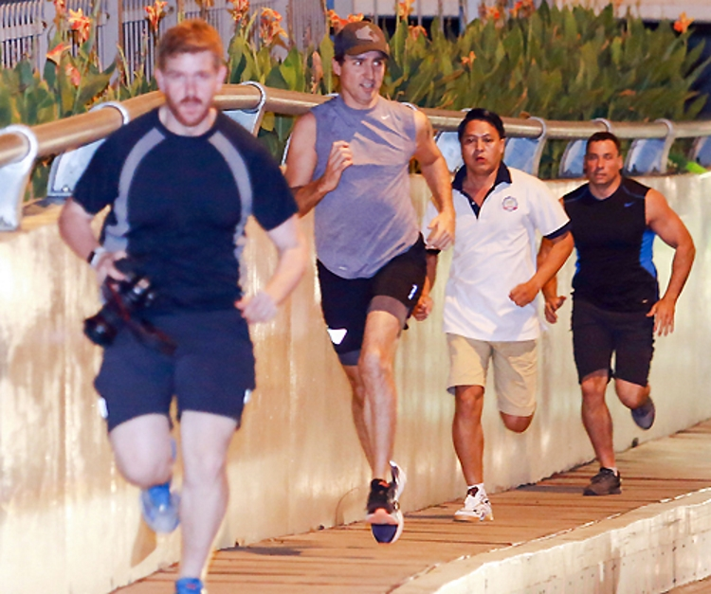 Thủ tướng Canada Justin Trudeau chạy bộ gần cầu Thị Nghè, Quận 1. Ảnh: Thành Nguyễn/VnExpress.