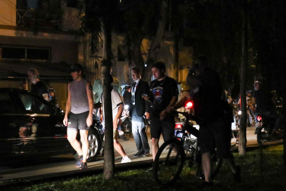 Rất đông người đi đường nhận ra Thủ tướng Trudeau đã dừng xe lại để quan sát và chụp ảnh. Ảnh: Liêu Lãm/Zing.vn.