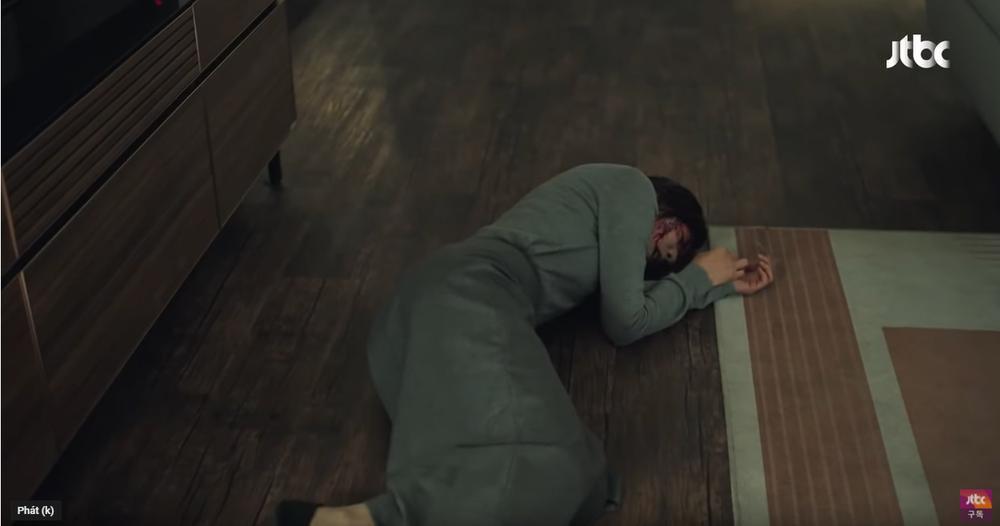 Sun Woo nằm bất động trên sàn nhà
