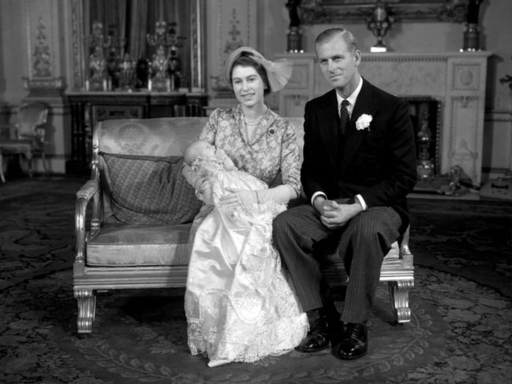 Nữ hoàng sinh con tại nhà.