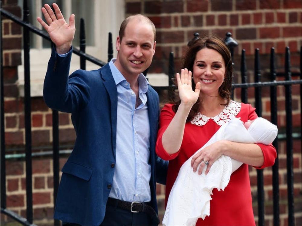 Giờ các hoàng tử, công chúa bé được sinh ở bệnh viện. Họ còn phải ra ngoài cho phóng viên chụp ảnh.