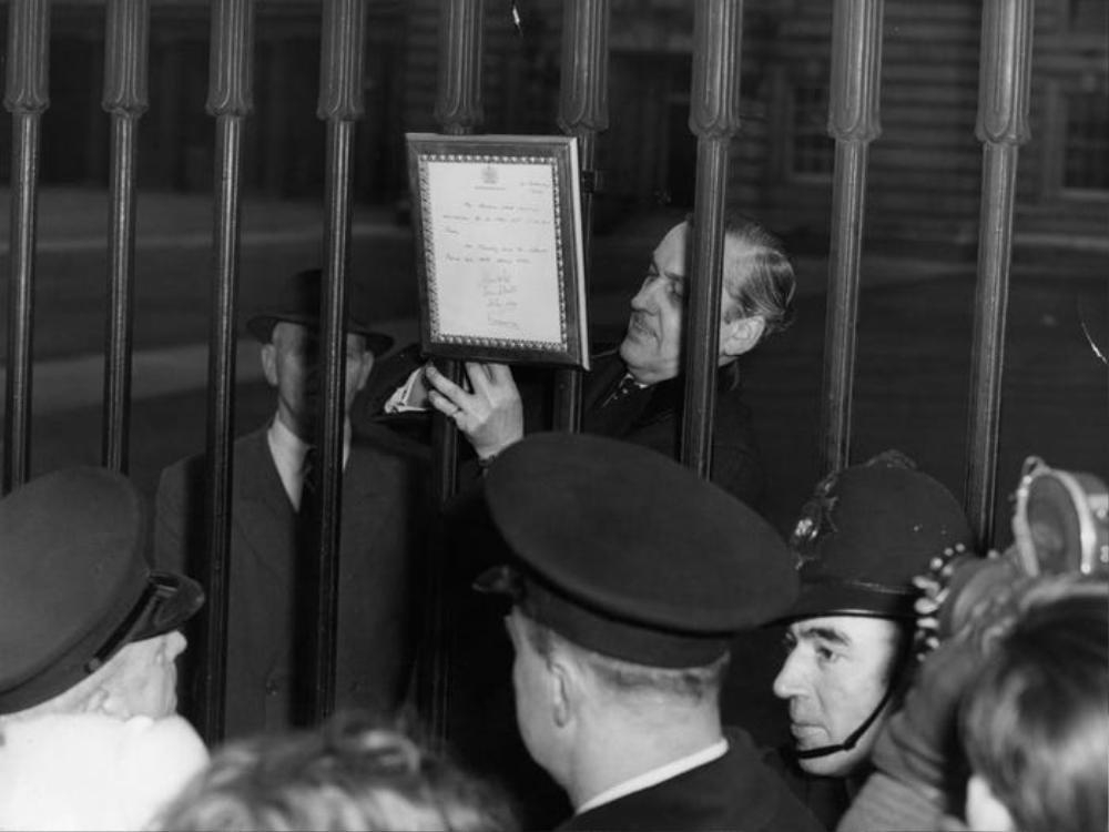 Tin các em bé hoàng gia chào đời từng được công bố qua bảng tin ở cổng cung điện Buckingham.