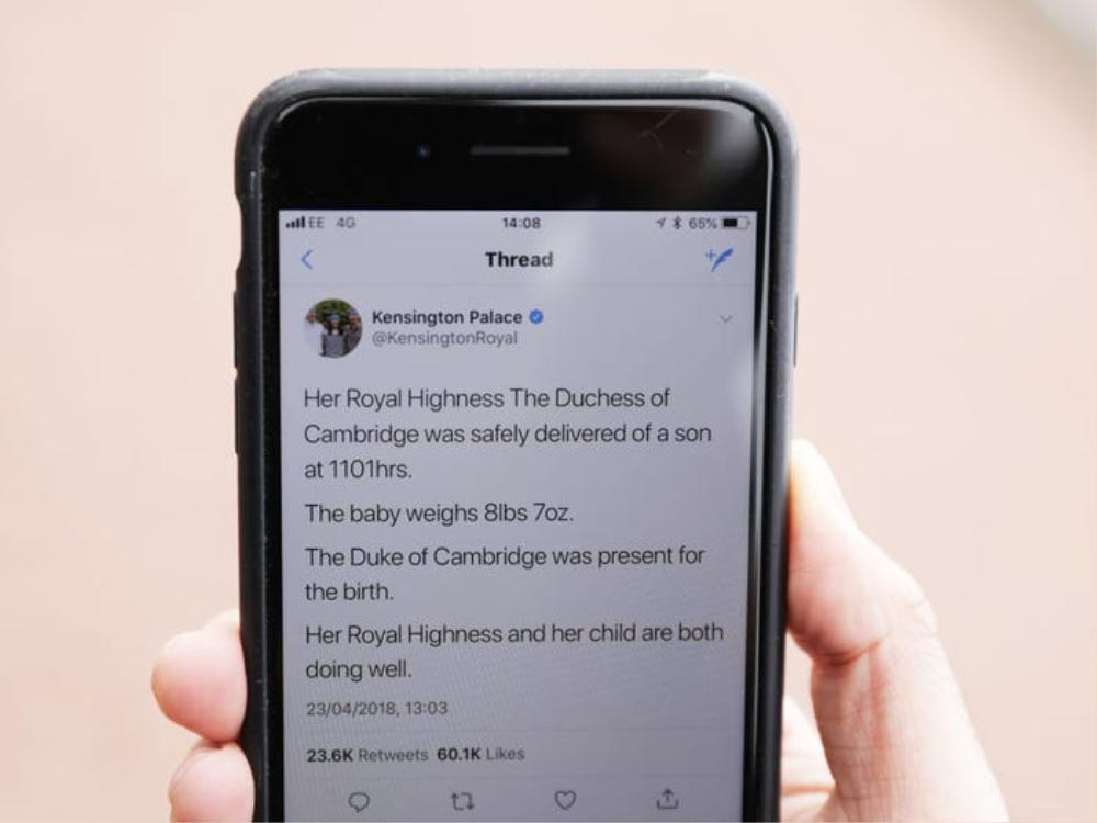 Ngày nay, ngoài cổng cung điện, công chúng sẽ nhận được tin qua mạng xã hội.