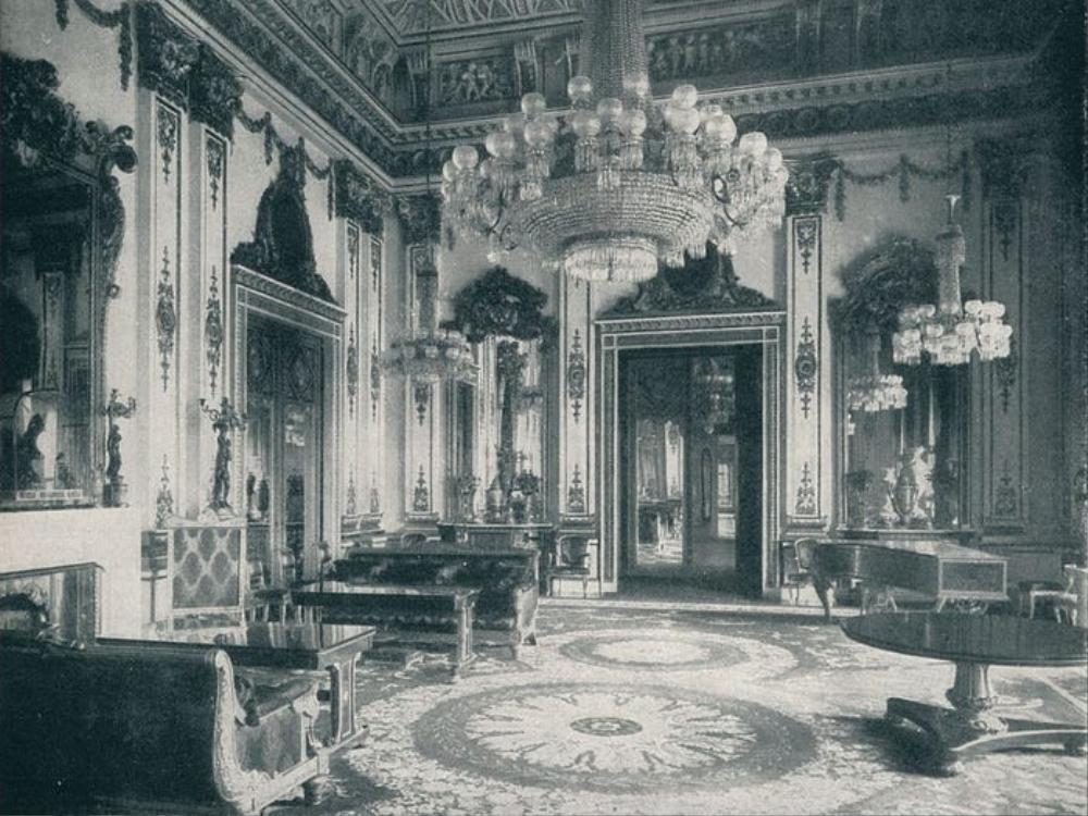 Trần nhà của White Drawing Room trong cung điện Buckingham được thiết kế bởi John Nash.