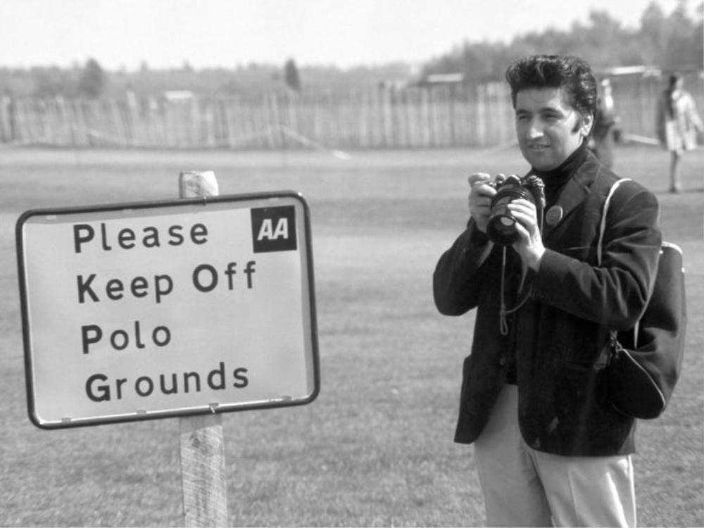 Ray Bellisario, được mệnh danh là 'paparazzo đầu tiên của nước Anh', là một trong những nhiếp ảnh gia đầu tiên chụp những bức ảnh không chính thức của hoàng gia.