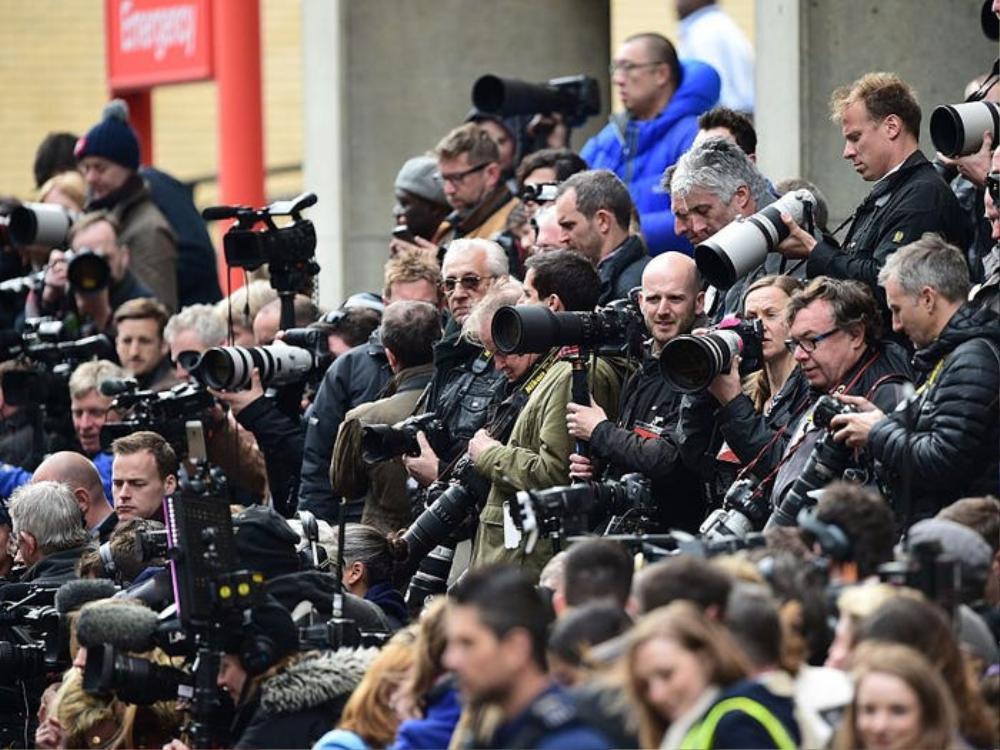 Giờ thì có hàng trăm nhiếp ảnh gia dõi theo từng bước chân của hoàng gia.