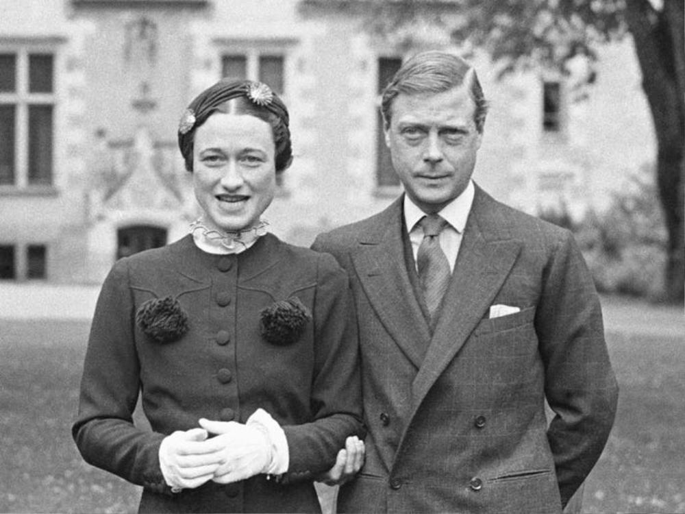 Giáo hội Anh từng cấm người trong hoàng gia kết hôn với người từng ly hôn. Vua Edward VIII đã gây ra một vụ bê bối lớn khi từ bỏ ngai vị để cưới Wallis Simpson, một phụ nữ từng ly dị người Mỹ.